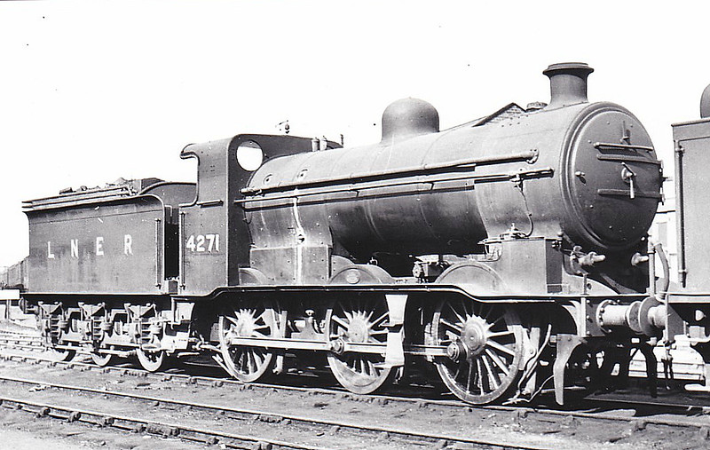 Class J6 - 4271 - Ivatt GNR 0-6-0 - built 12/21 by Doncaster Works as GNR No.632 - 11/24 to LNER No.3632, 05/46 to LNER No.4271, 04/49 to BR No.64271 - 10/58 withdrawn from 37A Ardsley - seen here at Doncaster Works, 08/47.