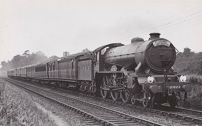 Class B17 - 2822 ALNWICK CASTLE - Gresley LNER 4-6-0 - built 01/31 by Darlington Works - 10/46 to LNER No.1622, 05/48 to BR No.61622 - 09/58 withdrawn from 32D Yarmouth South Town - seen here near Harwich.