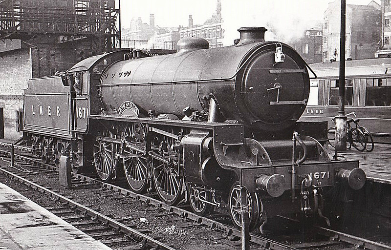 Class B17 - 1671 ROYAL SOVEREIGN - Gresley LNER 4-6-0 - built 06/37 by Robert Stephenson & Hawthorn Ltd. as LNER No.2871 - 10/46 to LNER No.1671, 09/48 to BR No.61671 - 09/58 withdrawn from 31A Cambridge - seen here at Kings Cross in 1947.