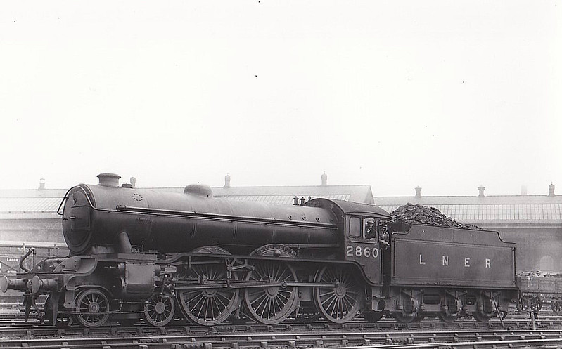 Class B17 - 2860 HULL CITY - Gresley LNER 4-6-0 - built 06/36 by Darlington Works - 01/47 to LNER No.1660, 01/49 to BR No.61660 - 06/60 withdrawn from 31B March - seen here at Gorton.