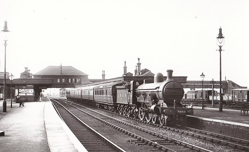 Class C2 - 3252 - Ivatt GNR 4-4-2 - built 05/03 by Doncaster Works as GNR No.252 - 1924 to LNER No.3252 - 07/45 withdrawn from Retford GC MPD - seen here at Hornsey in 1935.