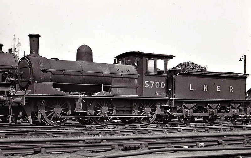 Class J25 - 5700 - Worsdell NER Class P1 0-6-0 - built 06/00 by Gateshead Works as NER No.2076 - 05/46 to LNER No.5700, 04/51 to BR No.65700 - 08/59 withdrawn from 52A Gateshead - seen here at York, 06/48.
