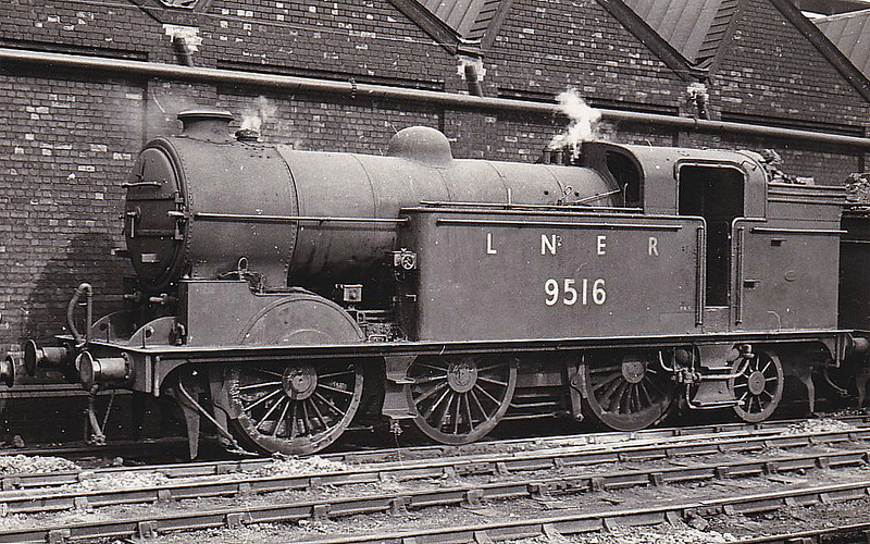 Class N2 - 9516 - Gresley GNR/LNER 0-6-2T - built 02/21 by North British Loco Co. as GNR No.1737 - 03/24 to LNER No.4737, 03/46 to LNER No.9516, 01/50 to BR No.69516 - 01/61 withdrawn from 34F Grantham - seen here at Hornsey.