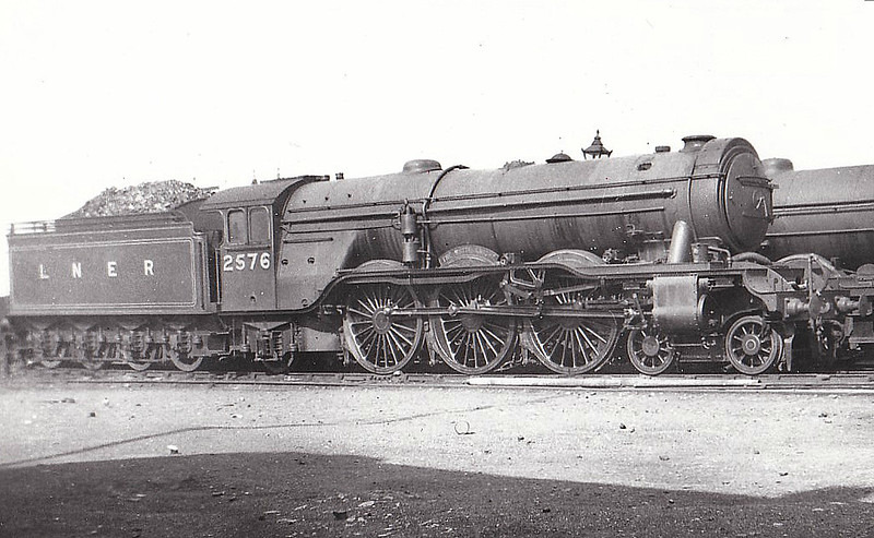 Class A3 - 2576 THE WHITE KNIGHT - Gresley 4-6-2 - built 10/24 by North British Loco Co. - 06/46 to LNER No.77, 11/48 to BR No.60077 - 07/64 withdrawn from 64A St Margarets - seen here at Gateshead - note ACFI feedwater heater and Westinghouse pump.