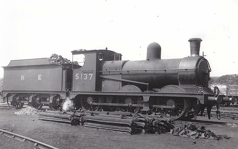 Class J10 - 5137 - Politt GCR Class 9H 0-6-0 - built 05/1896 by Beyer Peacock Ltd. as GCR No.795 - 02/25 to LNER No.5795, 03/46 to LNER No.5137, 02/49 to BR No.65137 - 04/52 withdrawn from 13A Trafford Park - seen here at Lower Ince.