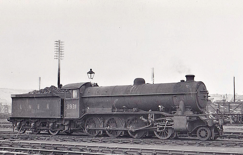 Class O2 - 3931 - Gresley GNR/LNER Class O2 2-8-0 - built 07/21 by North British Loco Co. as GNR No.486 - 02/26 to LNER No.3486, 09/46 to LNER No.3931, 11/49 to BR No.63931 - 09/63 withdrawn from 36A Doncaster - seen here at Grantham, 07/48.