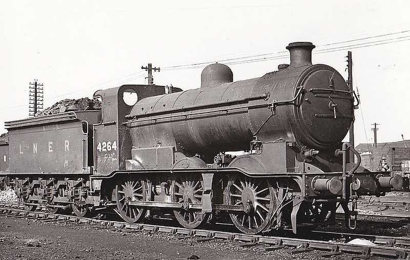 Class J 6 - 4264 - Ivatt GNR 0-6-0 - built 01/20 by Doncaster Works as GNR No.625 - 06/26 to LNER No.3625, 12/46 to LNER No.4264, 05/49 to BR No.64264 - 11/54 withdrawn from 34D Hitchin - seen here at Hornsey.