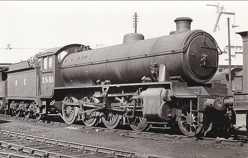 Class O1 - 3901 - Robinson GCR Class 8K LNER Class O4 2-8-0 - built 12/19 by North British Loco Co. as ROD No.2165 - 06/27 to LNER No.6642 - 10/45 rebuilt to Class O1 - 04/46 to LNER No.3901, 02/50 to BR No.63901 - 11/62 withdrawn from 38B Annesley - seen here at Sheffield Darnall in 1947.