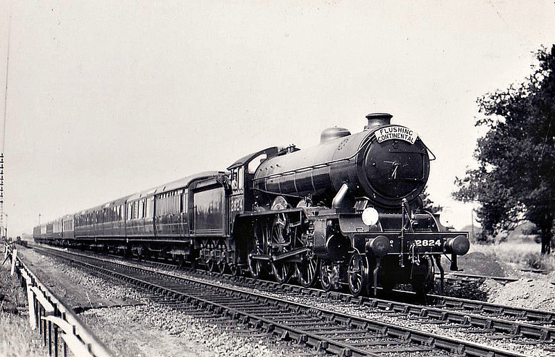 Class B17 - 2824 LUMLEY CASTLE - Gresley LNER 4-6-0 - built 02/31 by Darlington Works - 10/46 to LNER No.1624, 05/48 to BR No.61624 - 03/53 withdrawn from 31B March.