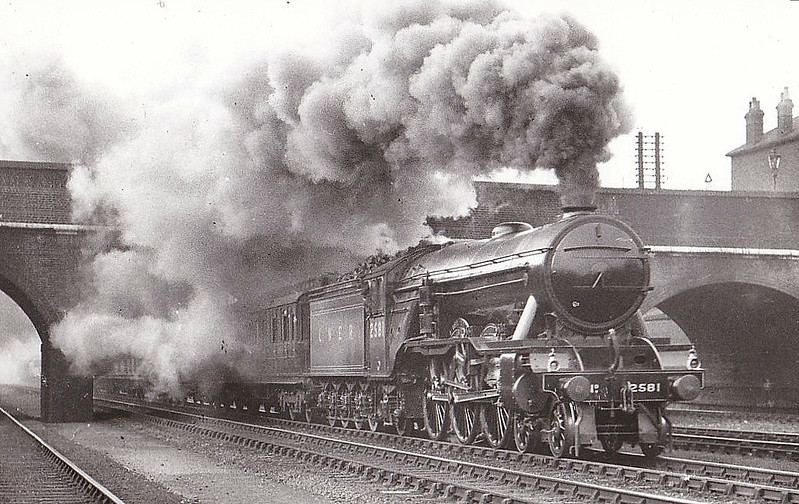 Class A3 - 2581 NEIL GOW - Gresley LNER 4-6-2 - built 11/24 by North British Loco Co. - 06/46 to LNER No.82, 05/48 to BR No.60082 - 09/63 withdrawn from 52A Gateshead - seen here at Harringay in 1933.