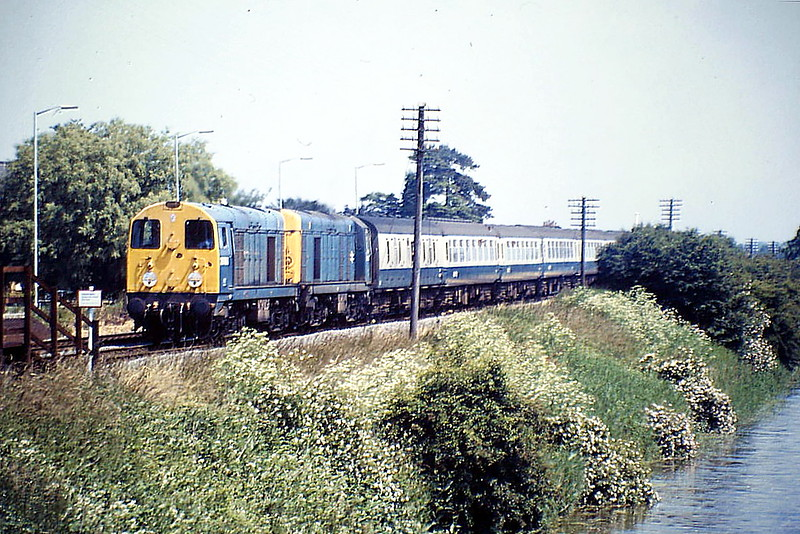 20063 and 20032 head west through Hubberts Bridge on 1M40 SSO from Skegness, 25/06/88. 20063 was withdrawn in May 1991 and shipped to France to work for CFD in 1992 as No.2002. It is now preserved at the Battlefield Line. 20032 was withdrawn in April 1993.