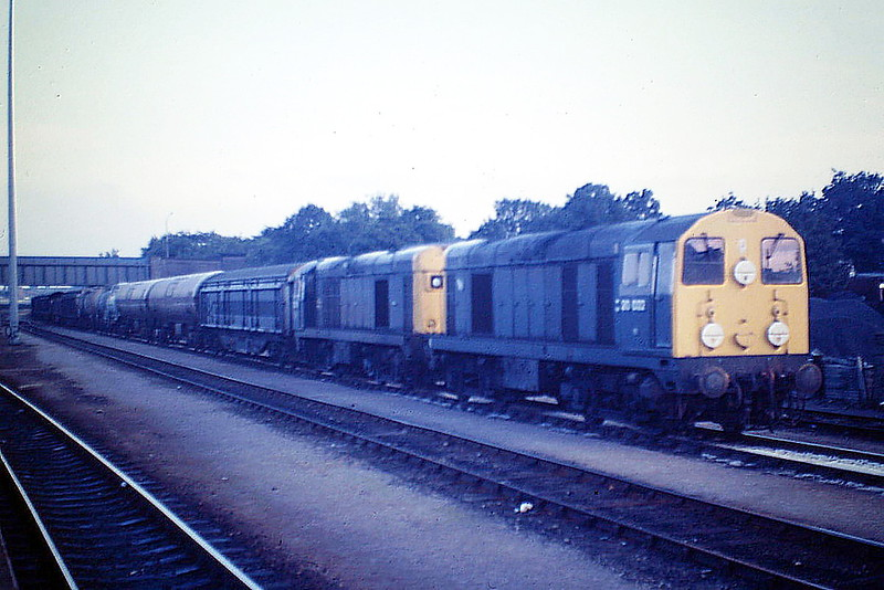 20022 and 20139 pass through Peterborough Station with 7M86 Harwich Parkeston Quay - Warrington Arpley via Whitemoor, 27/08/85.  Class 20's were quite unusual power on this train, which was often very heavy. 20022 was withdrawn in August 1988 and 20139 in May 1991.