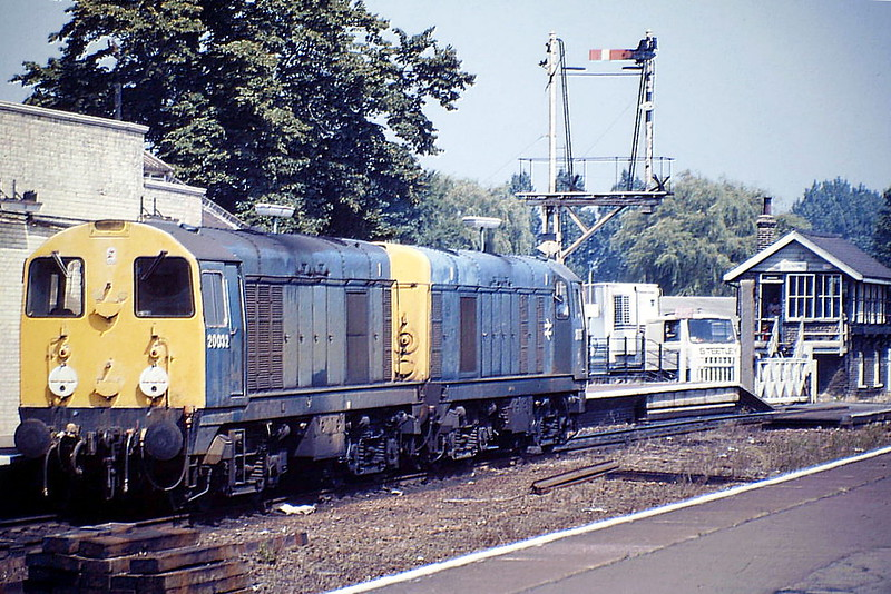 20063 and 20032 sit in Ely Station waiting for the road back to March, 08/08/88. The bare signal pole controlled entry to the loop beyond the signalbox. 20063 was withdrawn in May 1991 and shipped to France to work for CFD in 1992 as No.2002. It is now preserved at the Battlefield Line. 20032 was withdrawn in April 1993.