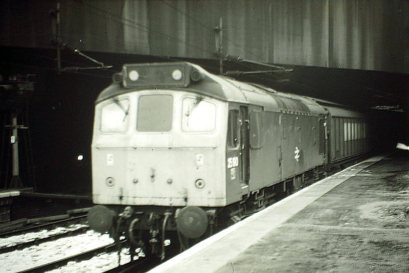 25190 creeps through Birmingham New Street Station on a northbound freight, 20/02/85. The loco was withdrawn in January 1987.