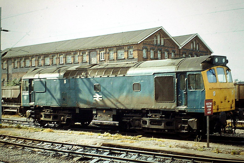 25206 is involved in extensive engineering work taking place at Nuneaton, 08/84. The loco was withdrawn in March 1986.
