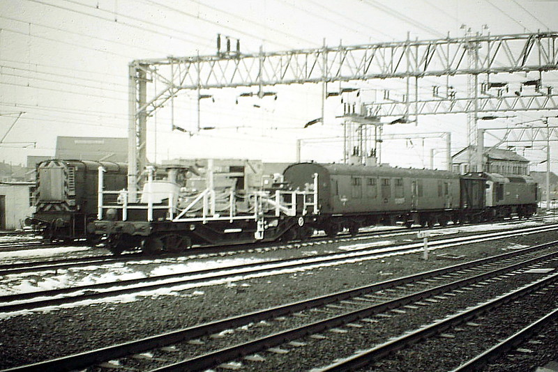 25283 passes Rugby Station on a Up Electrification train, 20/02/85. This loco became 25 904 in 11/85, was finally withdrawn in March 1987 and is now preserved at Stoke on Trent.