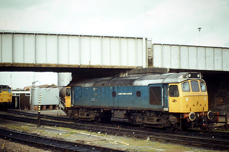 25322 TAMWORTH CASTLE, the only Class 25 to be named or to carry this livery, is stabled under Millfield Bridge at Peterborough, 25/10/84. In November 1985, the loco was renumbered 25 912, withdrawn in September 1991 and is now preserved at the Churnet Valley Railway.