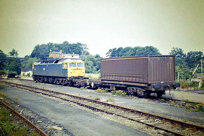 47052 shunts into the Pedigree Petfoods factory at Melton Mowbray, 11/08/87. 47052 was built  by Crewe Works in 1964 as D1634 and renumbered in March 1974. In June 1995 it joined the Freightliner fleet. It was withdrawn in January 2001 and scrapped in May 2003.