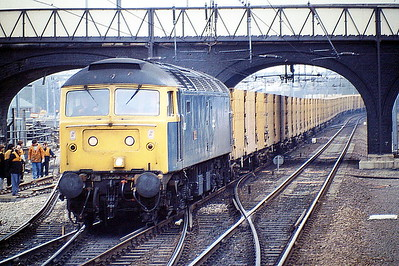 47626 ATLAS arrives at Bedford Midland to run round on 6A61 Cricklewood - Forders Binliner, 06/04/88. 47626 was built by Crewe Works in 1965 as D1667 and was renumbered to 47082 in February 1974. It was ETHed and renumbered to 47626 in December 1984. In January 1996 it was fitted for multiple working and became 47750. It was withdrawn in July 2004 and scrapped in May 2008.