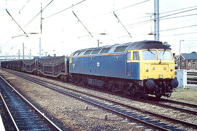 47296 passes through Peterborough Station on the Up Main with 4R80 Leeds-Dagenham Dock Cartics, 08/88. 47296 was built by Crewe Works in 1966 as D1995 and renumbered in January 1974. In June 1995 it passed to Freightliner and was withdrawn in October 2001 and was scrapped in March 2003.