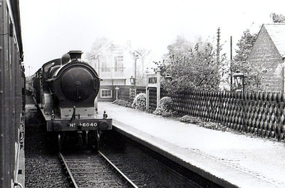 LNER - 6040 - Robinson GCR Class D9 4-4-0 - built 03/03 by Sharp Stewart & Co. as GCR No.1040 - 01/25 to LNER No.6040, 07/46 to LNER No.2324, 03/49 to BR No.62324 - 11/49 withdrawn from 8E Trafford Park - seen here passing Moulton.