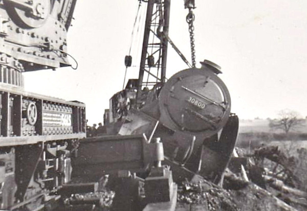 30800 SIR MELEAUS DE LILE - Urie SR Class N15 4-6-0 - built 09/26 by Eastleigh Works as SR No.E800 - 1928 to SR No.800 - withdrawn 08/61 from 71A Eastleigh - seen here being recovered.