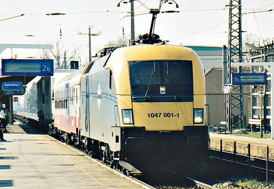 MAV - 1047 001 - 10 ES64U2 Type engines built by Siemens from 2002 for cross-border services, same as OBB Class 1116 - heads south through Bruck-am-der-Leitha on an empty ROLaLa train, 13/03/07.