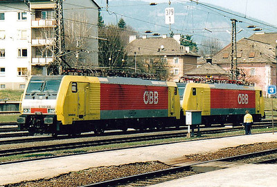 OBB - 189 908/189 909 - 4 quad-voltage Type ES64F4 engines leased from Siemens in 2004, returned in June 2007 - have left their train in the yard at Villach Westbahnhof and head south light engine, 05/04/05.