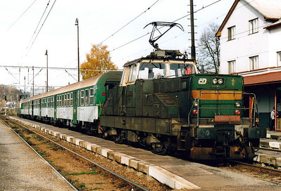 CD - 111 019 - 35 DC engines built by Skoda in 1981/2 for shunting and trip duties - having brought me from Usti nad Orlici to Letohrad, 111 019 is now ready to come off the train taken over by 130 005, 25/10/05.