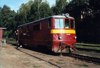 CZECH REPUBLIC - JHMD - 705 906 - 21 DE 760mm gauge locos built 1954/55 by CKD - 12 still in traffic (4CD, 8JHMD) - seen here at Jindrichuv Hradec running round its train, 04/08/03.