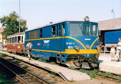 CZECH REPUBLIC - JHMD - 705 907 - 21 DE 760mm gauge locos built 1954/55 by CKD - 12 still in traffic (4CD, 8JHMD) - seen here at Jindrichuv Hradec on train no.222, the 1052 to Kamenice, 04/08/03.