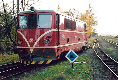 CZECH REPUBLIC - CD - 705 913 - 21 DE 760mm gauge locos built 1954/55 by CKD - 12 still in traffic (4CD, 8JHMD) - comes off depot and moves out onto the mainline, 26/10/05.