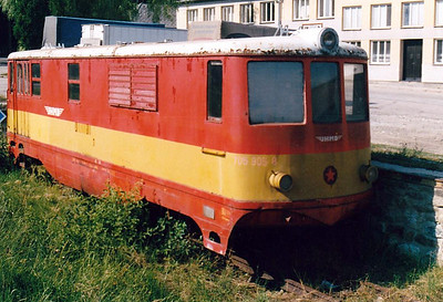 CZECH REPUBLIC - JHMD - 705 905 - 21 DE 760mm gauge locos built 1954/55 by CKD - 12 still in traffic (4CD, 8JHMD) - seen here at Kamenice, out of service, 04/08/03. Note front coupling missing.