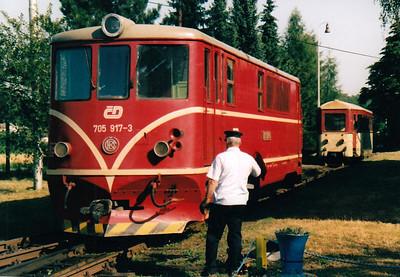 CZECH REPUBLIC - CD - 705 917 - 21 DE 760mm gauge locos built 1954/55 by CKD - 12 still in traffic (4CD, 8JHMD) - backs down onto Os20606, the 0955 Osoblaha - Tremesna ve Slesku, 10/08/04.
