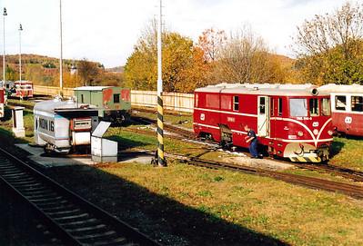CZECH REPUBLIC - CD - 705 914 - 21 DE 760mm gauge locos built 1954/55 by CKD - 12 still in traffic (4CD, 8JHMD) - refuels at Tremesna ve Slesku, 26/10/05. Note 760mm gauge MUV69 background left and standard gauge match wagon behind the fuel tank.