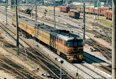 LDZ - TEP60 992 - 52 engines built in the USSR from 1960, first purpose-built passenger diesels, all now withdrawn - arrives at Vilnius with the Riga - Truskavets sleeper, 28/08/06.
