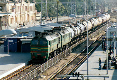 LG - 2M62 0600 - 74 'Double Sergei' locomotives built by Lugansk from 1976 - seen here northbound through Vilnius Station on a long tank train, 28/08/06.