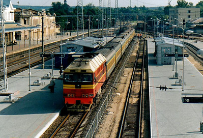 BCh - TEP70 322 - 41 engines built by Kolomna in USSR from 1973 to 2000, long distance passenger locos - arrives at Vilnius on trsain 147, the 1015 to Moscow, ex Kaliningrad, 28/08/06.