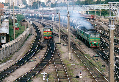 LG - 2M62 1059 - 74 'Double Sergei' locomotives built by Lugansk from 1976 - passes M62 1640 as it heads north through Vilnius on a long tanker train, 28/08/06.