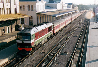 BCh - TEP70 425 - 41 engines built by Kolomna in USSR from 1973 to 2000, long distance passenger locos - arriving at 0843 from Moscow, 28/08/06.
