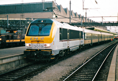 CFL - 3019 - 20 Class 3000 dual-voltage engines built  from 1999, similar to SNCB Class 1300 - waits to depart from Luxembourg on the 1735 to Troisvierges, 28/10/03.