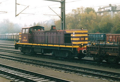 CFL - 910 - Class 900 Bo-Bo DE - 13 engines built 1958 by Brissonneau & Lotz for shunting and freight work - similar to SNCF Class 63500 - all withdrawn by 2007 - arrives at Petange with a trip freight, 29/10/03.