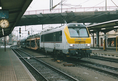 CFL - 3020 - 20 Class 3000 dual-voltage engines built  from 1999, similar to SNCB Class 1300 - arrives at Bettembourg with a train of VW's from Germany, 29/10/03.