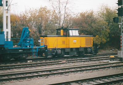 CFL - 516 - Small shunters built from 1993 by Cockerill & Co. for DSB, sold to CMI, several on hire to CFL for departmental trains - on an engineer's train at Rodange, 29/10/03.