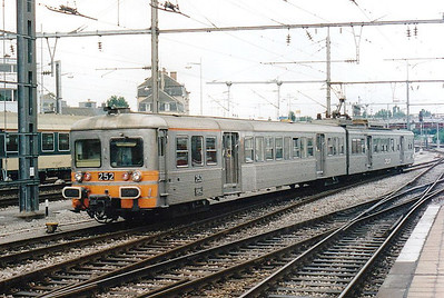 CFL -  252 - Class 250 2-car 25kv AC EMU - 6 built in 1975, similar to SNCF Z6100 Class, used on suburban services south of Luxemburg - all withdrawn by 12/05 - seen here arriving at Luxemburg, 30/07/98.