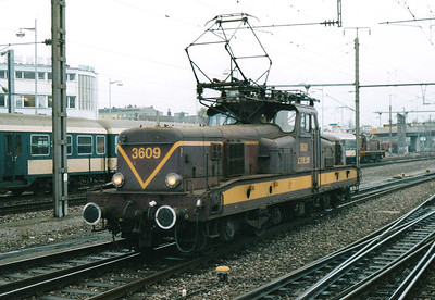 CFL - 3609 -  Class 3600 Bo-Bo Electric - 20 locomotives built in 1958 in France by MTE, similar to SNCF 12000 class - by 10/03 reduced to local freight duties and peak hours passenger services - all withdrawn by 2005 - backs down onto the 1612 to Rodange, 29/10/03.