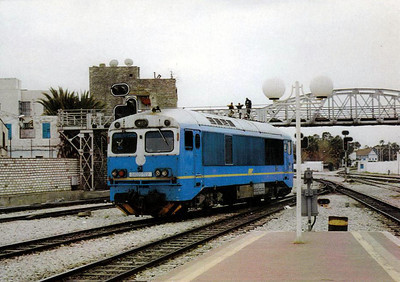 TUNISIA - SNCFT - 040-DO-322 - one of 14 metre guage hydraulic engines built by MAVAG in 1983, basically similar to the MAV Class M41 - seen here at Tunis on March 2000.