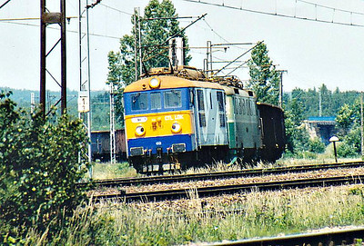CTL - ET21  23 - 8 locos bought second-hand from Mackzi-Bor, Type 3E, similar to PKP Class ET21 - pilots 182 011 - 35 locos hired from CD and 5 bought from ZSR, built 1963 by Skoda - through Kozlow on a long southbound freight, assisted in the rear by 182 037, 15/06/07.