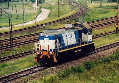 SM48 073 coasts back towards Kielce after its banking duties, Kozlow, 22/06/06. This is the earlier model of TEM2 and the resemblance to post WW2 Baldwin engines is easily seen.