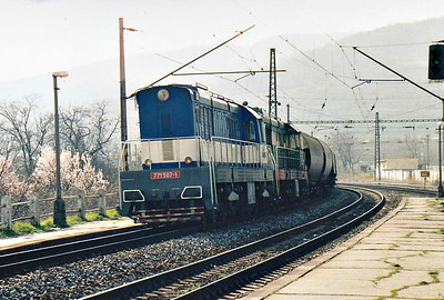 BRKS - 771 507/771 527 -  195 engines built 1968 to 1972 by SMZ for heavy shunting/trip freight duties, thousands exported, 42 on ZSR, many in industrial use - curl into Bratislava Vinohrady on a train of eastbound grain hoppers, 10/03/07.